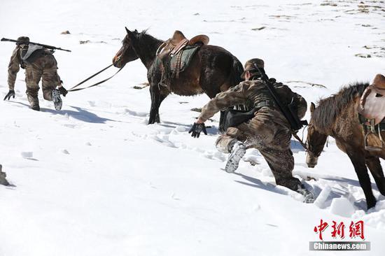 驻守新疆红其拉甫边防连官兵爬雪山巡边