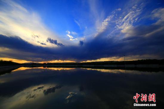 新疆托克逊白杨河畔傍晚红霞满天美如画
