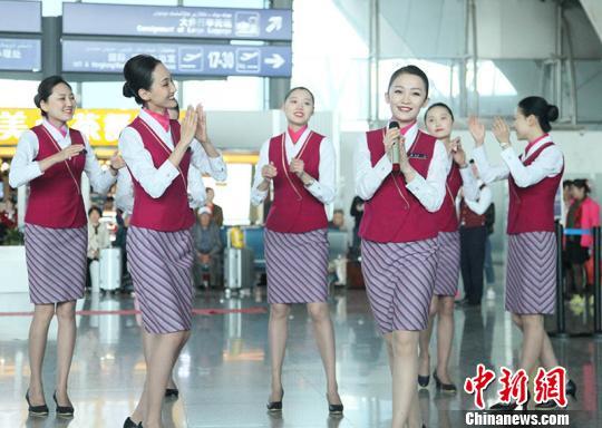 """南航新疆空姐航站楼快闪迎""""五四""""青年节"""