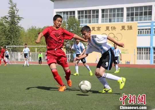 5月9日,2018年新疆兵团青少年校园足球校级联赛总决赛在石河子市鸣哨开赛。周国福 摄