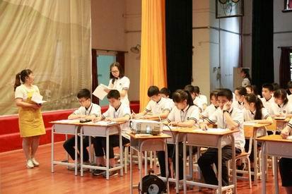 沙湾四中胡娟霞老师在第七届全国初中语文教师教学基本功展评暨教学观摩研讨会现场授课。图片由沙湾四中提供。