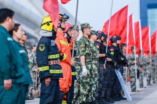 2018年5月12日,在新疆呼图壁县防震减灾应急演练活动现场,各支救援力量正在整装待命。(陶维明 摄)
