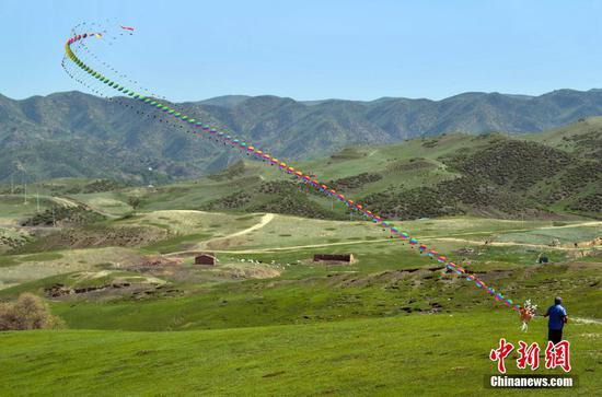 乌鲁木齐风筝秀表演 50米长龙形风筝展雄姿