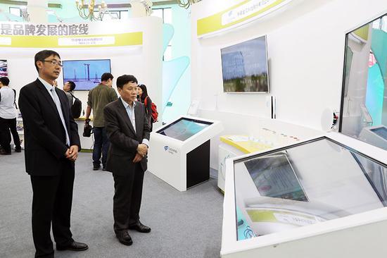 中泰化学股份公司董事长王洪欣(右一)视察中泰化学展区。
