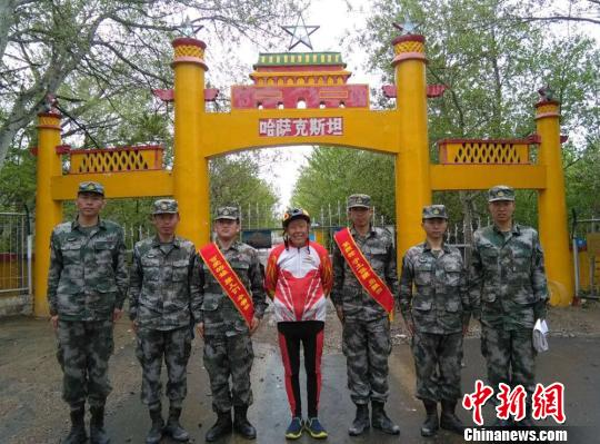 """73岁北京老人骑行30天抵达新疆边关""""圆梦"""""""