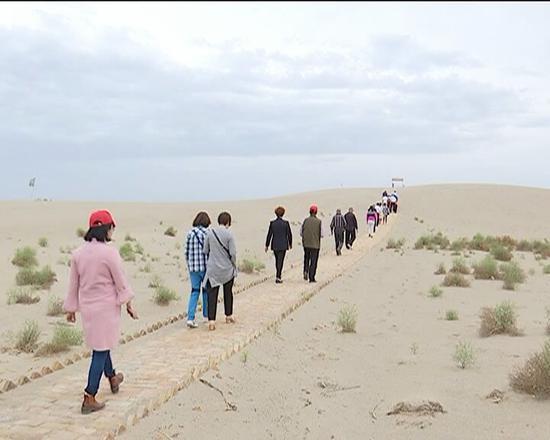 新和县沙漠花海景区受到疆内32家观光踩线团亲睐