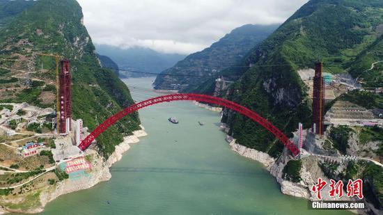 世界最大跨度推力式拱桥主拱合龙