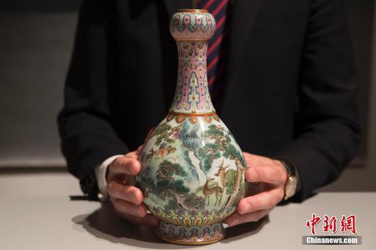 """乾隆时期罕见瓷瓶将拍卖 曾""""雪藏""""鞋盒几十年"""
