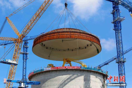 """中国自主三代核电技术""""华龙一号""""吊装穹顶"""