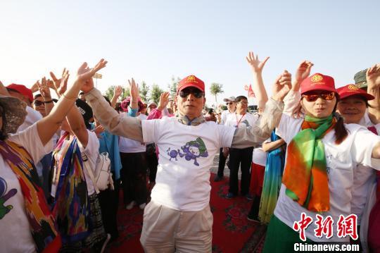 """2018年""""湘疆号""""旅游援疆专列首批游客抵达新疆吐鲁番"""
