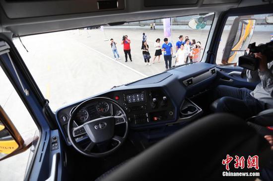 上海首测40吨物流无人重卡