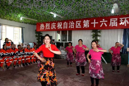 库尔勒开发区:欢庆环卫工人节 弘扬劳动最光荣