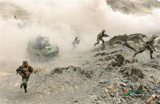 戈壁演兵 陆军练兵备战及转型建设集训掠影