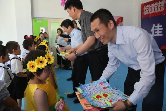 北京、和田两地党支部联手为和田市小朋友献爱心