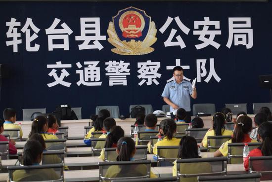 体验警用装备 增长交通意识 轮台警方这样给小学生过六一