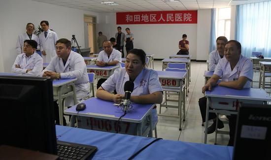 和田地区人民医院医生在认真听取北京专家会诊意见。