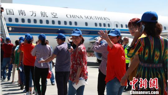 新疆和田152名农民乘南航包机赴湖北就业