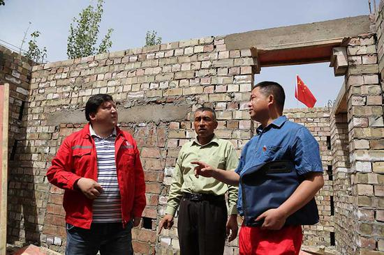 玉斯屯库木艾日克村一户农家的危房改造下步即将封顶。