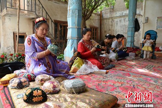 探访新疆喀什老城妇女手工合作社 绣出美好未来