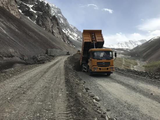 独山子公路分局正在对滑移、下沉路段进行上料整平处理。宋雪岭摄