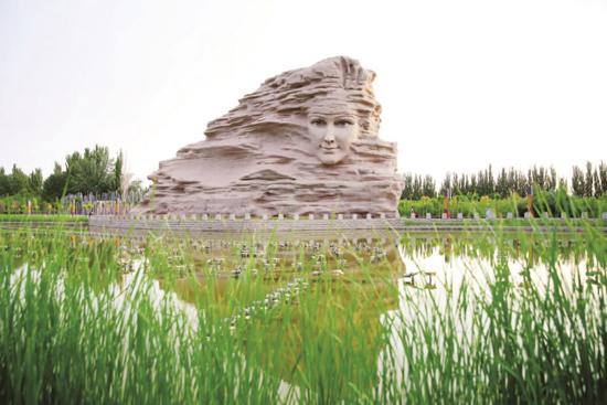 楼兰历史文化长廊系列景观中第三篇章《楼兰之梦》里高21米的楼兰美女雕像。赵学龙 摄