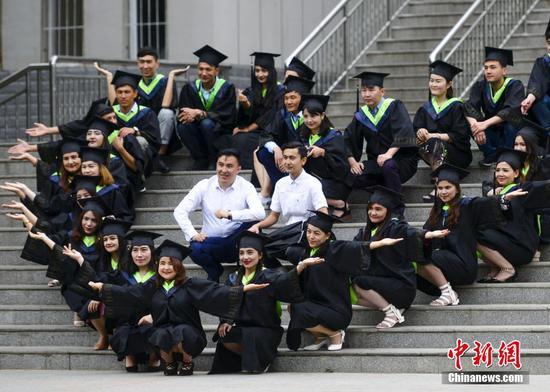 新疆高校大学生拍摄毕业照 挥别大学时光