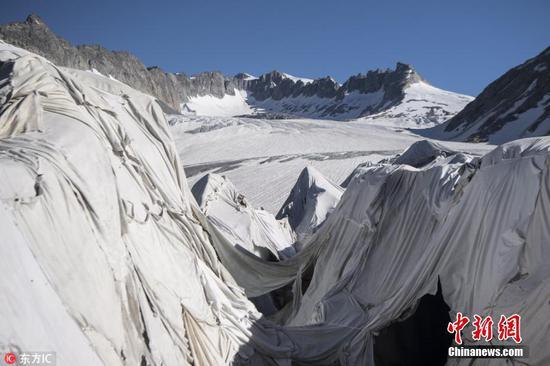 """""""保温""""防融化 瑞士为阿尔卑斯最古老冰川盖上毛毯"""
