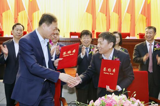 中国农业发展银行永利官网娱乐分行党委书记、行长杜彦坤(左)和中泰集团党委书记、董事长王洪欣签署战略合作协议