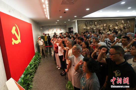 """建党""""97周年""""中共一大会址纪念馆迎来参观热潮"""