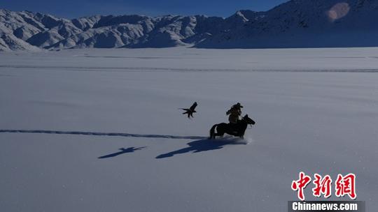 纪录片《天山脚下》开播 讲述新疆22个人物故事