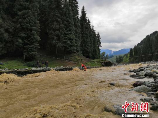 新疆奇台县强降雨引发山洪 10名群众被困消防营救