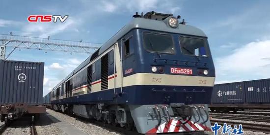 新疆进入万吨运输时代 一列火车长1.6公里