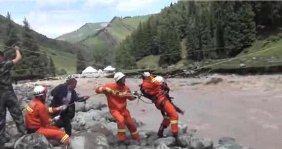 山洪致新疆牧民被困 消防官兵怀抱4岁女童脱险