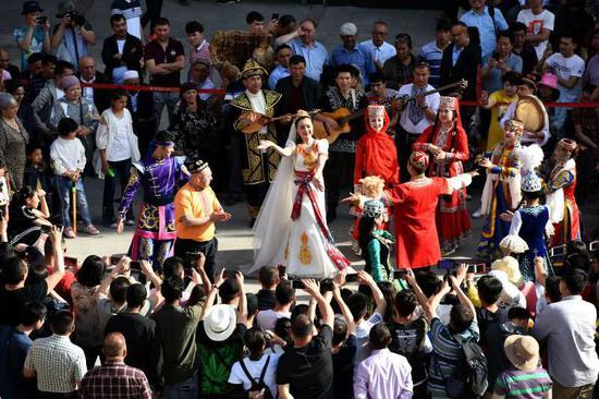 新疆国际大巴扎每日在外场有三个时间段免费特色民俗歌舞互动表演,每个时间段的表演近一个小时。