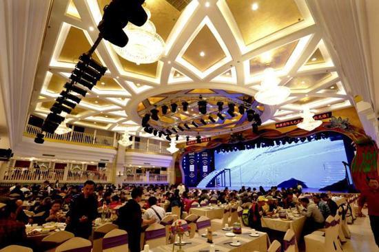 大巴扎拥有可以接待千人团餐及共享上百道新疆特色美食小吃的美食会场。