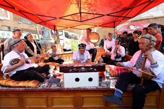 游客可以在外场的表演中,欣赏到世界非物质文化遗产十二木卡姆的精彩呈现。