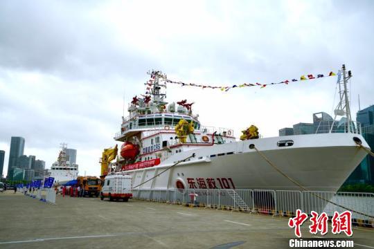 上海:4艘舰船挂满旗鸣汽笛庆祝中国航海日