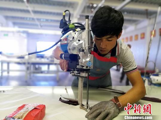 """新疆转移就业6.2万人 农村人口走出去""""淘金"""""""