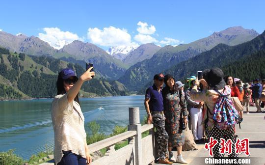 新疆天池景区为高考学子推优惠政策迎旅游高峰