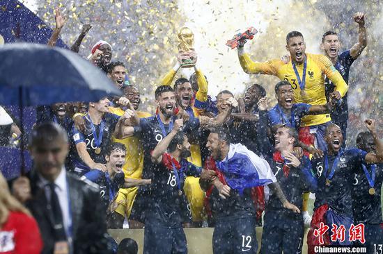 法国再捧大力神杯 颁奖仪式大雨中进行