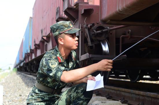 """记新疆霍尔果斯铁路口岸的""""滚滚铁流""""护航者"""