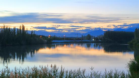 夕阳下开都河上空现绚丽晚霞。王陆斌摄
