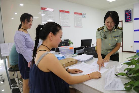 图为消防执法人员对社会单位人员进行服务。