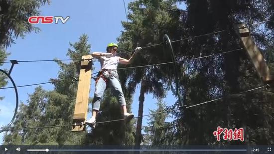 """新疆新潮避暑方式 """"森林穿越""""引市民点赞"""