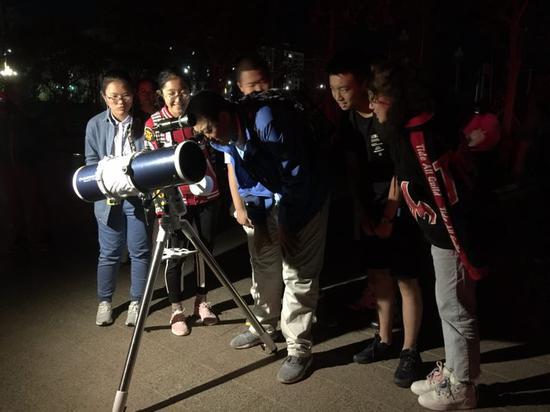 阿勒泰地区第二高级中学师生共同观测星空 。(李昂 摄)