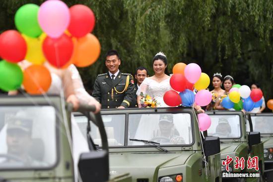 解放军驻滇官兵集体婚礼 9对新人幸福牵手