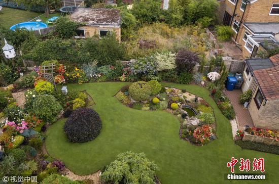 """75岁老人40年花6万小时 打造""""全英第一""""后花园"""