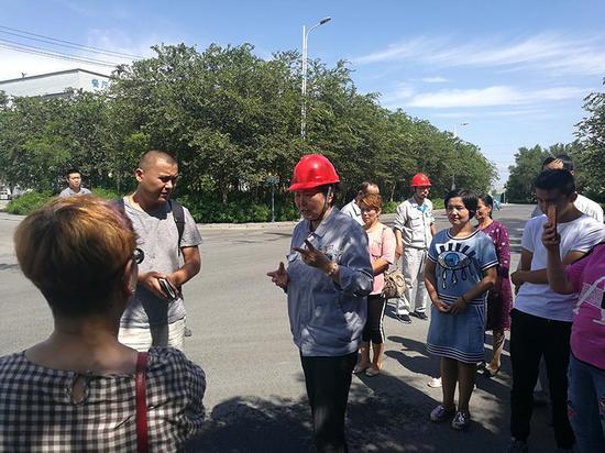 """中泰集团托克逊能化公司党委书记、董事长张群蓉(前中)说,""""建设一座园区、绿化一片戈壁""""是集团的重要发展理念之一。闫文陆 摄"""