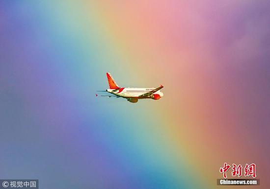 """印度一客机与彩虹""""不期而遇"""" 画面唯美梦幻"""