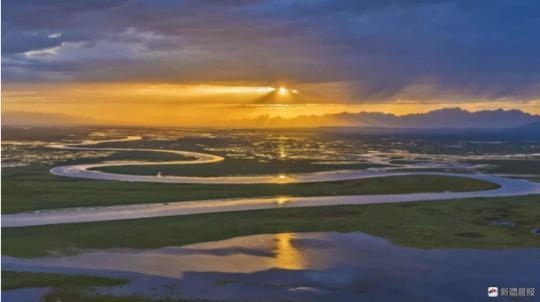 新疆巴音布鲁克九曲十八弯落日奇观引数千游客观赏